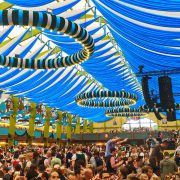 Zahnschmerzen nach Wurzelbehandlung beim Oktoberfest München 2017 Menschen feiern im Festzelt