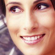 Parodontitis heilbar? Lächeln einer Frau nach erfolgreicher SOLO-Prophylaxe